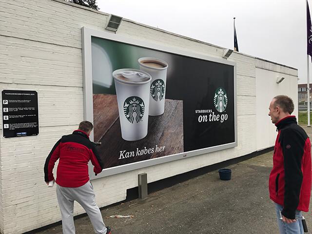 Naścienna rama reklamowa model Wall Slim - front light - Realizacja Srtarbucks